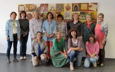 Bild von den Teilnehmern der VHS Neuss vor ihrem Gemeinschaftswerk