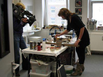 Bild von den Filmaufnahmen bei Renate Linnemeier vom WDR über die Künstler im Atelierhaus.