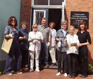 Gruppenbild von Renate Linnemeier mit Teilnehmern einer Malreise nach Greetsiel.