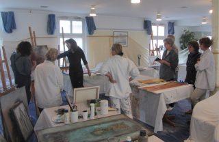 Bild von Teilnehmern und Renate Linnemeier im Atelier während einer Malreise nach Greetsiel