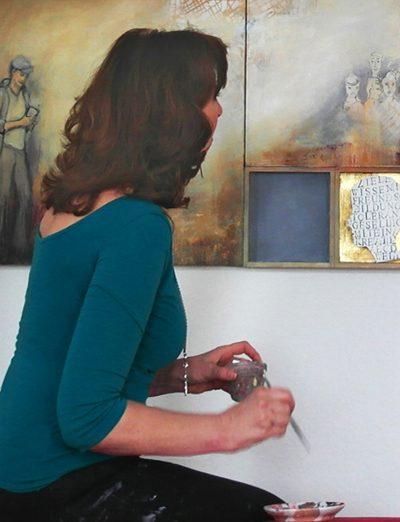 Bild von Renate Linnemeier vor einem ihrer Werke in ihrem Atelier.