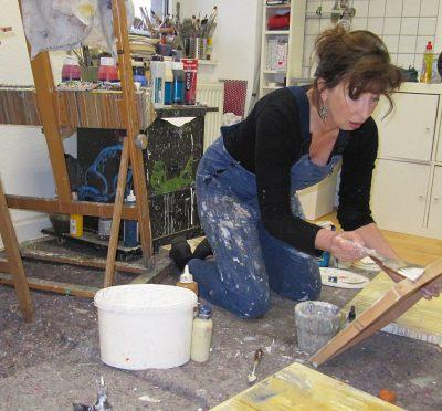 Renate Linnemeier bei ihrer künstlerischen Arbeit im Atelier